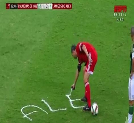 Schiedsrichter sprüht Alex De Souzas Namen mit Spray bei seinem Abschiedsspiel aufs Feld