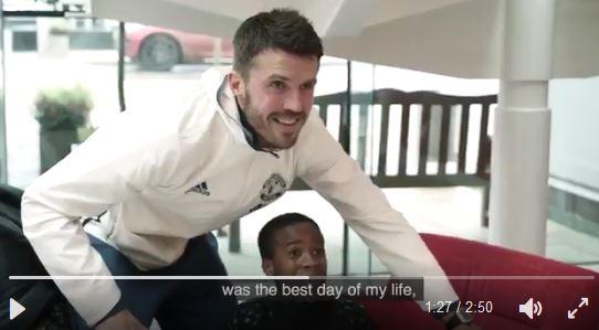 Kind mit cerebraler Bewegungsstörung trifft United-Stars
