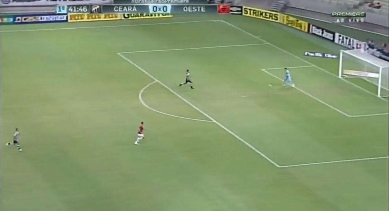 Etwas riskant: Oeste-Torhüter Felipe Alves nimmt's mit zwei Stürmern hintereinander auf